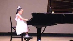 Pianist(6 year old Japanese girl):Mozart Sonata K545 Rondo